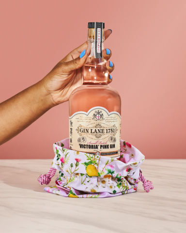 With a striking floral pattern that exudes spontaneity, the Cynthia Rowley x Gin Lane 1751 'Victoria' Pink Bottle Clutch evokes the bright and playful spirit of Gin Lane 1751 with elements of the gin's botanicals, fresh fruits and herbs. (Photo: Business Wire)