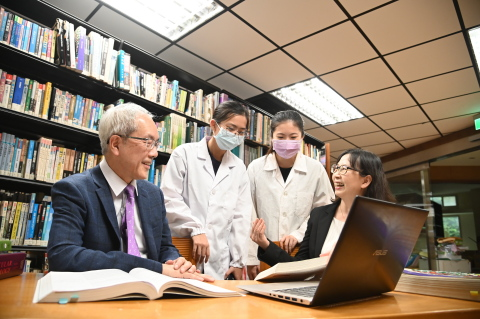 College of Life Science dean Kao Ruey-Ho (left) and Department of Medical Science chair Chen Linyi (right) prepare for the post-baccalaureate program in medicine. (Photo: National Tsing Hua University)