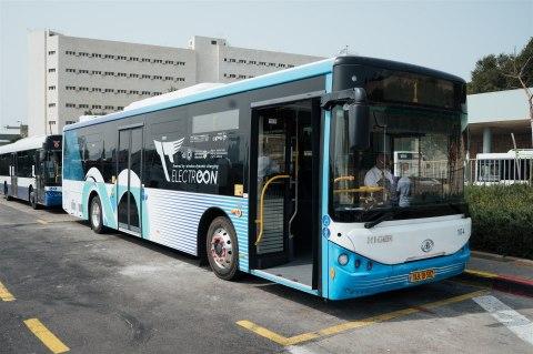Электробус компании Dan Bus заряжается с помощью инфраструктуры беспроводной зарядки ElectReon на терминале Тель-Авивского университета (Фото: Business Wire)