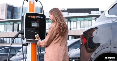 Initiating a charge with the ChargePoint app on a CP4300 (Photo: Business Wire)