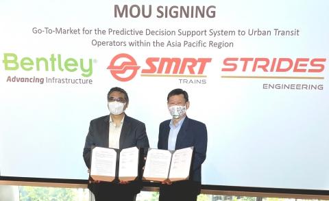 Kaushik Chakraborty, Vizepräsident, Bentley Asia South, und Gan Boon Jin, Präsident von Strides Engineering, bei der Unterzeichnungszeremonie der Absichtserklärung.