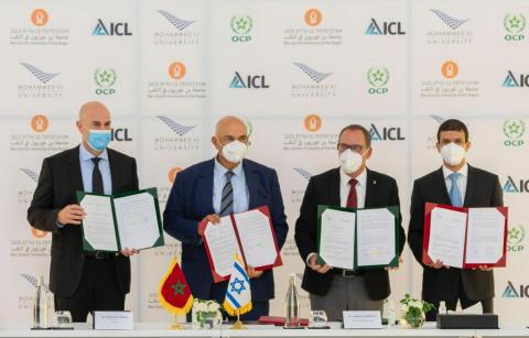 (L-R) Raviv Zoller, president and CEO of ICL, joins Mostafa Terrab, chairman and CEO of OCP Group, as both sign a memorandum of understanding to offer scholarships to support sustainability programs at BGU and UM6P, represented by Daniel Chamovitz, president of Ben-Gurion University of the Negev, and Hicham El Habti, president of Mohammed VI Polytechnic University (Photo credit: Lina Elmouaaouy).